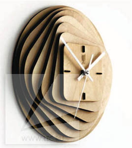 Часы из дерева с логотипом